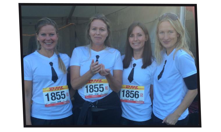 Vores egen t-shirt forfra med slipset. Fra venstre er det Gitte, Nete, Lene og Trine.