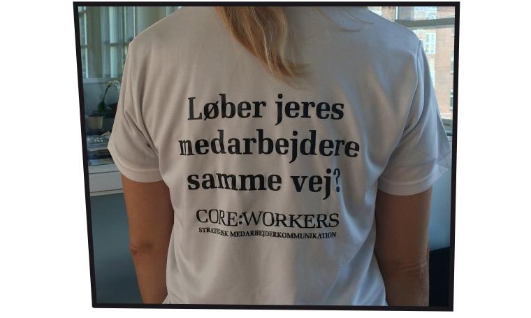 """Og core:workers' t-shirt bagfra - """"Løber jeres medarbejdere samme vej?"""""""